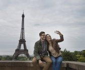 Couple taking a selfy with the Eiffel Tower — Stock Photo