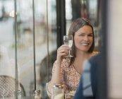 Жінка зі склянкою вина. — стокове фото