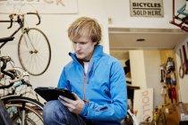 Человек, работающий в магазине цикла — стоковое фото