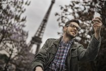 Man under the Eiffel Tower. — Stock Photo