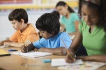 Niños y niñas en un aula - foto de stock
