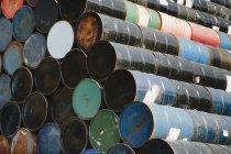 Barili di petrolio colorati — Foto stock