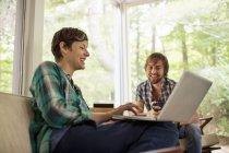 Мужчина и женщина сидят вместе — стоковое фото