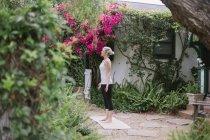 Жінка, робити йога в саду. — стокове фото