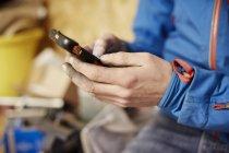 Homme à l'aide de son téléphone intelligent — Photo de stock