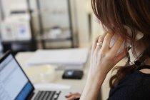 Donna che fa una telefonata — Foto stock