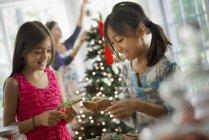 Filles à décorer des biscuits de Noël biologiques — Photo de stock