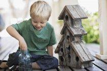 Criança examinando uma caixa de bug — Fotografia de Stock