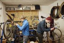 Молодые люди, ремонт велосипедов — стоковое фото