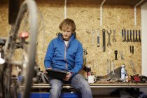 Man working in a cycle shop — Stock Photo