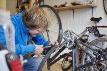 Молодой человек, ремонт велосипедов — стоковое фото