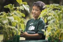 Asiatische junge in einer Gärtnerei. — Stockfoto