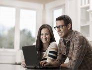 Paar mit einem Laptopcomputer — Stockfoto