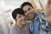 Мужчина и женщина позирует для selfy — стоковое фото