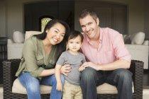 Мужчина и женщина со своим маленьким сыном — стоковое фото