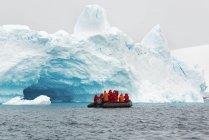 Группа людей в резиновой лодке в Антарктике — стоковое фото
