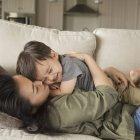 Женщина обнимает своего маленького сына . — стоковое фото