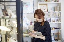 Женщина с цифровым планшетом — стоковое фото