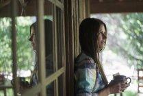 Jovem mulher fora de uma casa — Fotografia de Stock