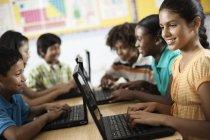 Gruppe von Studenten, die mit laptops — Stockfoto