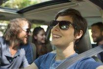 Groupe de personnes à l'intérieur d'une voiture — Photo de stock