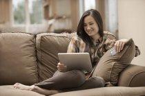 Frau mit digital-Tablette und eine Kreditkarte — Stockfoto