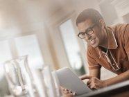 Hispanic Mann mit einem digitalen tablet — Stockfoto