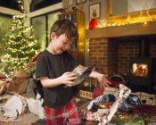 Хлопчик відкриття подарунки з Різдвом Христовим — стокове фото