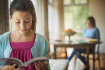 Menina lendo um livro — Fotografia de Stock