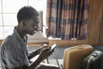 Homem, verificando seu telefone inteligente — Fotografia de Stock