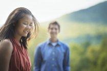 Donna e giovane uomo all'aperto . — Foto stock