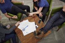 Reunión de cuatro personas - foto de stock