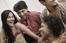 Quatre jeunes gens rire — Photo de stock