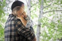 Man cradling a sleeping child — Stock Photo