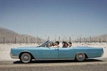 Freunde in einem blassen Blau Cabrio — Stockfoto
