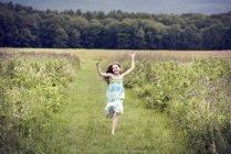 Девушка, бегущая по мясорубке — стоковое фото