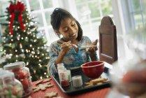 Молода дівчина прикрашати Різдвяне печиво — стокове фото