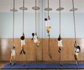Gruppo di bambini salendo le corde — Foto stock