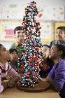 Alunos se reuniram em torno de um modelo molecular — Fotografia de Stock