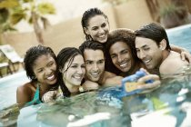 Männer und Frauen im Schwimmbad — Stockfoto