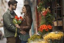 Пара цветочных ларьков в городе — стоковое фото