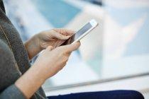 Femme tenant un téléphone intelligent. — Photo de stock