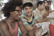 Vier Freunde sitzen in einem diner — Stockfoto