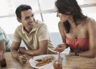 Couple partage un bol de fries français — Photo de stock