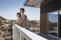 Couple sur la terrasse d'une maison écologique — Photo de stock