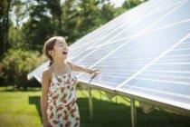 Ребенок рядом солнечные панели — стоковое фото