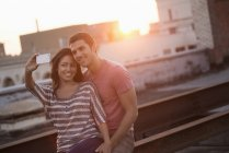 Couple, prendre un selfy. — Photo de stock