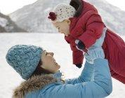 Mère et bébé dans la neige . — Photo de stock