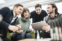 Vier Menschen, Kolleginnen und Kollegen bei einem Treffen — Stockfoto