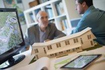 Architectes travaillent sur un projet d'éco-construction — Photo de stock